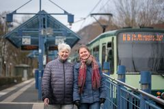 två kvinnor på spårvagnstoppet Arkivbild