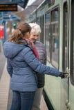två kvinnor på spårvagnstoppet Royaltyfri Fotografi