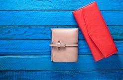 Två kvinnor & x27; s-handväska på en blå träbakgrund kopiera avstånd Trendtillbehör Top beskådar Royaltyfri Fotografi