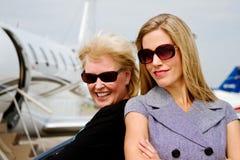 Två kvinnor som är upphetsade om flyg Royaltyfria Bilder