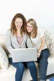 Två kvinnor som använder bärbar datordatoren Royaltyfri Fotografi