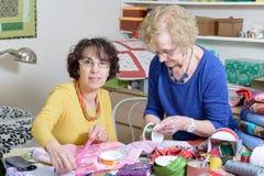Två kvinnor som arbetar på deras patchwork Royaltyfri Foto