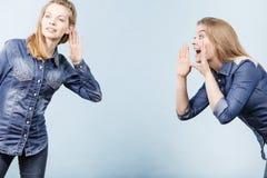 Två kvinnor som berättar sagor, rykteskvaller Royaltyfria Foton