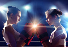 Två kvinnor som boxas i cirkel royaltyfri foto