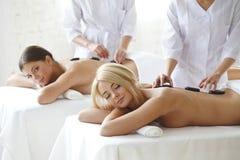 Två kvinnor som får massage royaltyfri bild