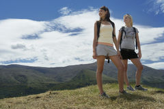 Två kvinnor som fotvandrar i kullar Arkivfoton