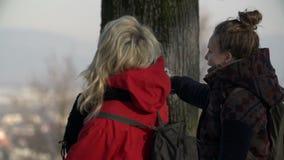 Två kvinnor som går skottet i ultrarapid stock video