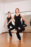 Två kvinnor som gör en kondition, exercisen i synchrony Royaltyfri Fotografi