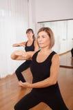 Två kvinnor som gör en kondition, exercisen i synchrony Arkivbilder