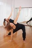 Två kvinnor som gör en kondition, exercisen i synchrony Royaltyfri Bild