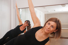 Två kvinnor som gör en kondition, exercisen i synchrony Royaltyfri Foto