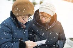 Två kvinnor som håller ögonen på bilder Fotografering för Bildbyråer