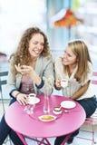 Två kvinnor som har kaffe Arkivfoto