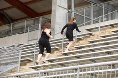 Två kvinnor som kör trappa Royaltyfria Bilder