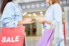 Två kvinnor som möter i köpcentrum royaltyfri fotografi
