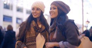 Två kvinnor som pratar i en gatavinter Royaltyfria Foton