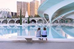 Två kvinnor som pratar på staden av konster och vetenskaper i Valencia, Spanien arkivbild