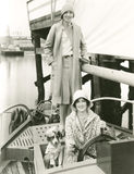 Två kvinnor som seglar ut med deras maskot Royaltyfria Foton