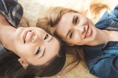 Två kvinnor som ser kameran Royaltyfria Foton