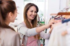 Två kvinnor som shoppar i en boutique Arkivfoton