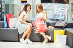 Två kvinnor som shoppar på Sale Arkivfoto