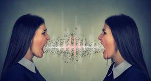 Två kvinnor som skriker på de Arkivfoton