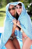 Två kvinnor som slås in i handdukpöl Arkivbild