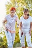 Två kvinnor som spelar badminton Royaltyfria Foton