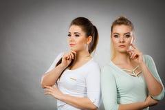 Två kvinnor som tänker om något Arkivfoton