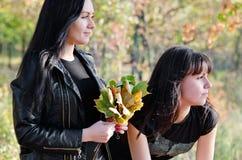 Två kvinnor som tycker om freden av naturen Arkivbild