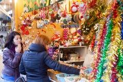 Två kvinnor som väljer julgåvor Arkivbilder