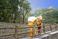 Två kvinnor, stenvägg och bana i Kina Royaltyfria Foton