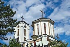 Två kyrkliga torn och molnig himmel i bakgrund Arkivfoto