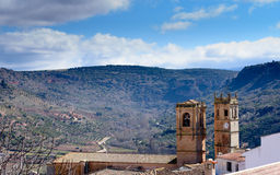 Två kyrkliga torn på horisonten Arkivbilder