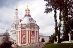 Två kyrkor i Treenighet Sergius Lavra arkivfoton
