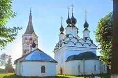 Två kyrkor på den Lenina gatan i Suzdal, Ryssland Fotografering för Bildbyråer