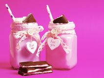 Två läckra coctailar med glass och piskad kräm och cho Arkivbild