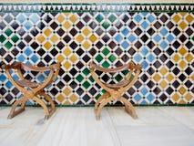 Två läderstolar med den mönstrade tegelplattaväggen royaltyfri bild