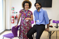 Två lärare i ett klassrum Arkivbild