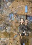 Två läskiga kvinnor kopplar samman anseende stiffly framme av ett gammalt hus Arkivbilder