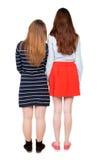 Två långa haired vänliga kvinnor Fotografering för Bildbyråer