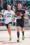 Två löpare på den sista elasticiteten på Stockholm Stadion Royaltyfria Foton