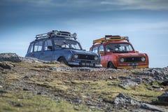 Två 4L Renault blåa och orange bilar på berget royaltyfria bilder
