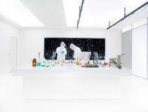 Två labbtekniker som arbetar bärande maskeringar Royaltyfria Bilder