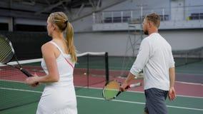 Två lag, når att ha spelat tennis i dubblettlek lager videofilmer