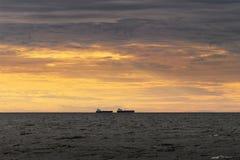 Två lastskyttlar som seglar till och med Östersjön arkivfoto