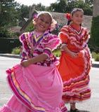 Två Latina flickor i traditionell klänning Royaltyfri Fotografi