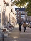 Två Latinomän som går på trottoaren Arkivbilder
