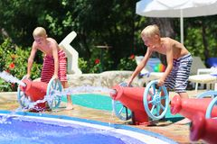 Två le barn som har gyckel i aquapark arkivfoto