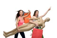 Två le kvinnor, når shoppa med påsar och Royaltyfria Bilder